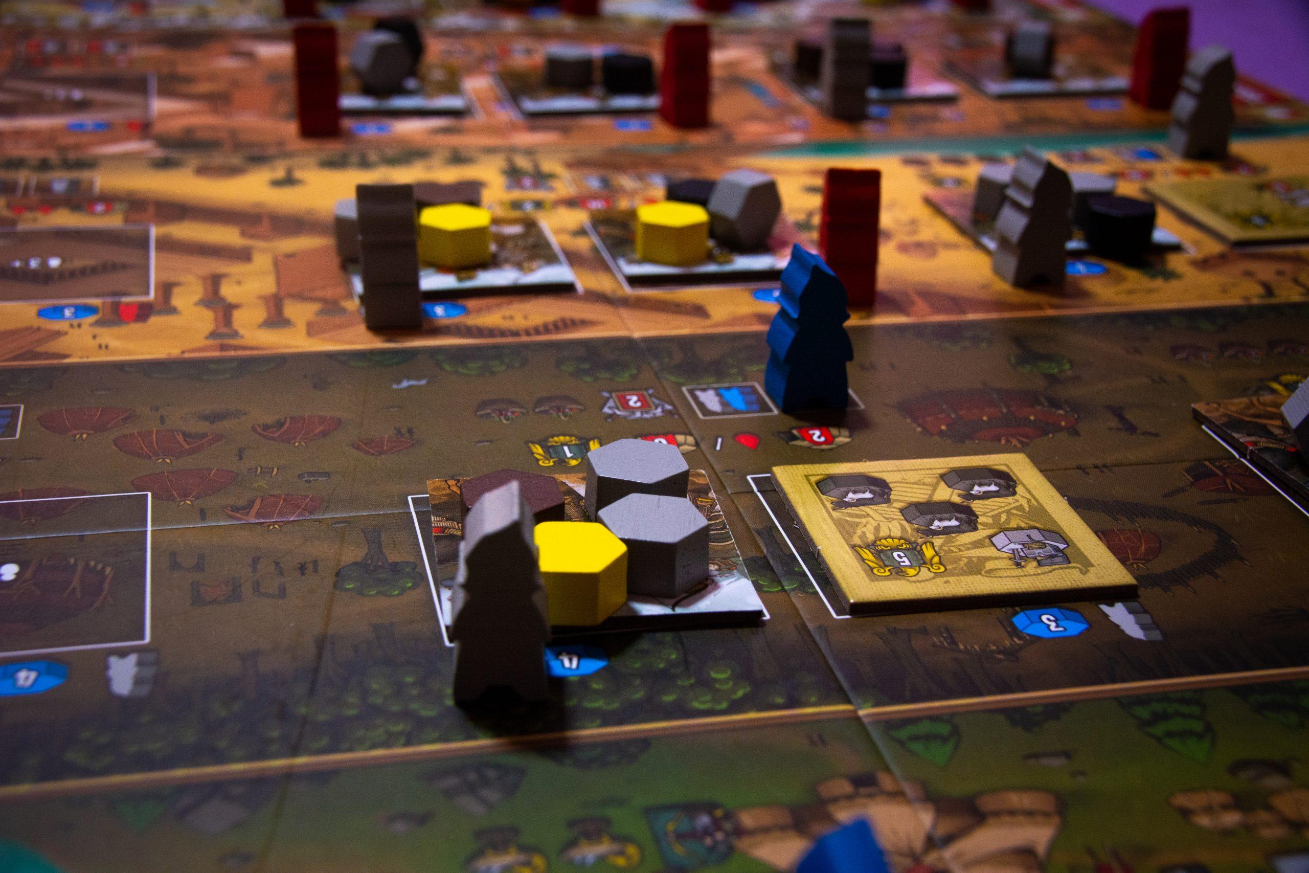 Il tabellone è piuttosto grande e strutturato in modo contrario rispetto ai Raider, con il villaggio nella parte alta e le regioni sotto. Qui abbiamo un unico tracciato per il punteggio (niente più tracce Armatura e Valchirie). Sicuramente l'estetica va a favore di questa seconda versione del gioco.